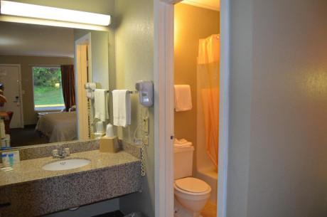 Travel Inn Kingsport - Guest Bathroom